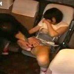 夜行バスの乗客が寝静まった車内でショートカット娘をサイレント強姦