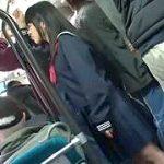 満員バスで制服JKを狙い背後からパンチラ盗撮&痴漢レイプ実況映像
