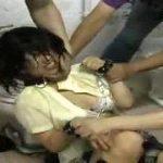 【閲覧注意】公衆便所で号泣するJKをひたすら殴る蹴る暴力強姦映像