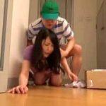 宅配員がチンコに媚薬を塗って巨乳人妻を即ハメする悶絶レイプ映像