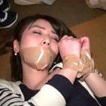 【閲覧注意】ガムテープで口両手を拘束された女性を強姦する本物映像