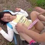 田舎の人気ない道でウブ美少女を草むらに引きずり込み中出し野外輪姦
