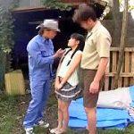 田舎のウブ美少女を白昼の野外で肉便器にする顔射ぶっかけ輪姦レイプ