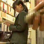 本屋で立ち読みするJKを狙い媚薬チンコで即ハメする中出し輪姦映像