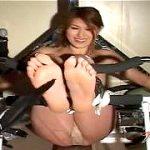 固定したM女の足裏をコチョコチョする理性崩壊くすぐりSMプレイ
